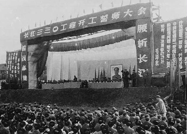 1970年12月30日葛洲壩工程開工工程代號為330工程開工典禮在綿羊洞河灘8萬多人